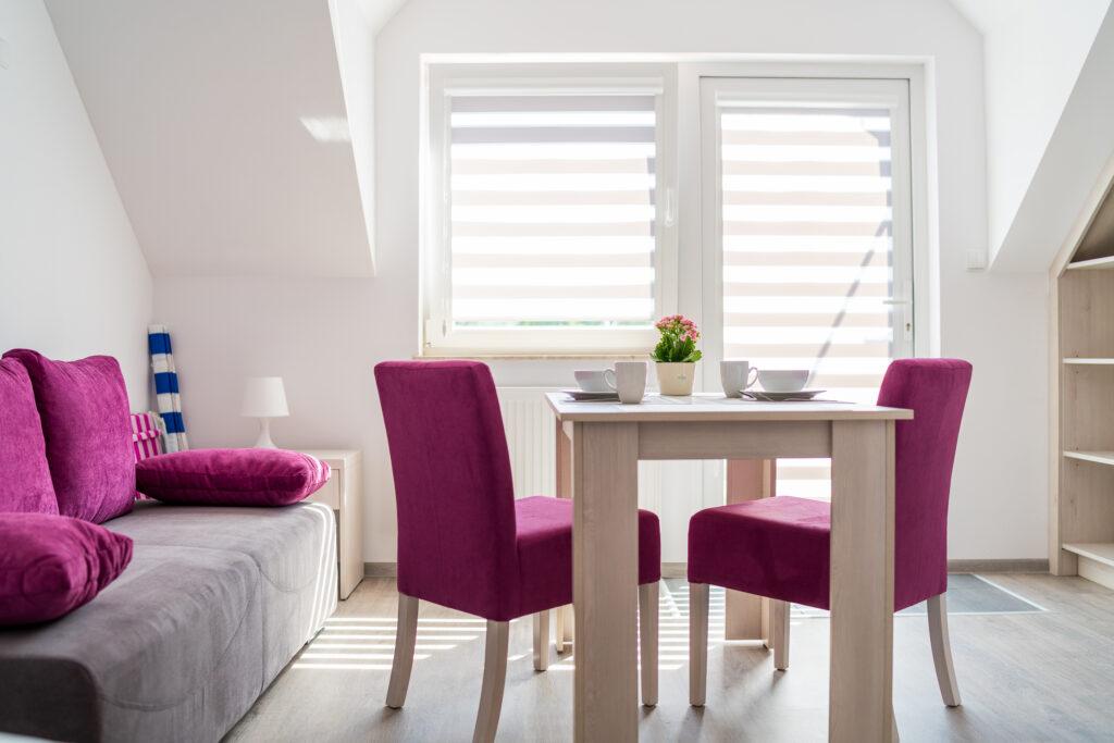 zdjęcie apartament z aneksem kuchennym stol z krzeslami