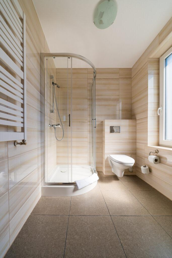 lazienka z prysznicem nocleg